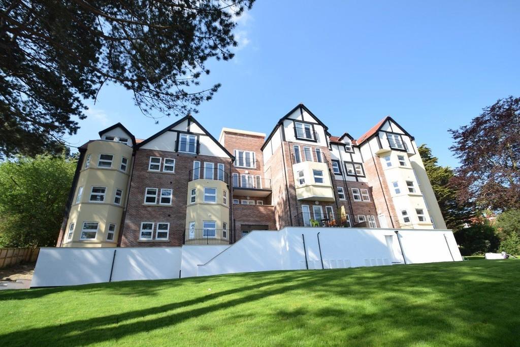 2 Bedrooms Apartment Flat for sale in Oak Drive, Colwyn Bay