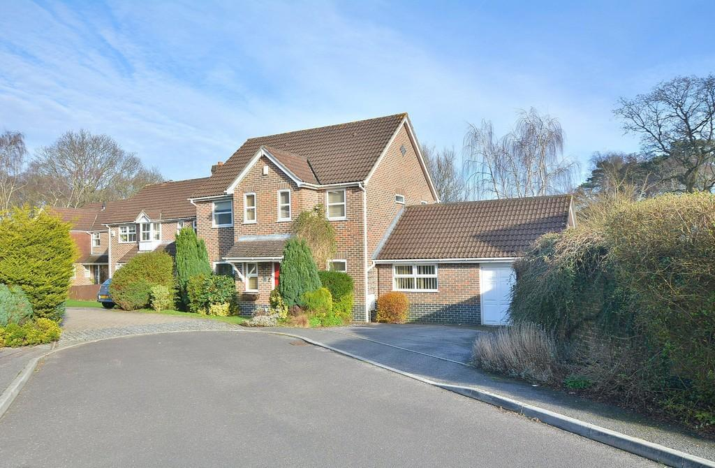5 Bedrooms Detached House for sale in Mallow Close, Broadstone