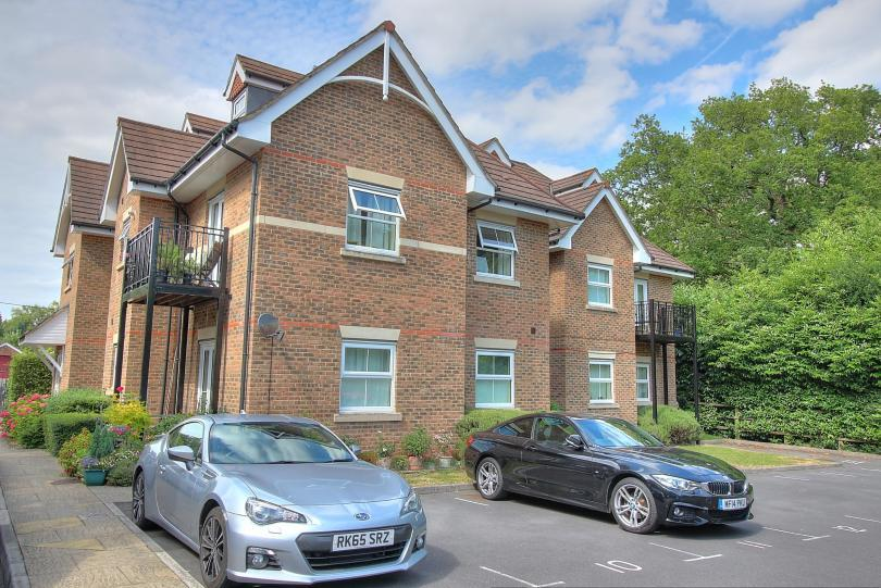 2 Bedrooms Flat for sale in Simpkins Court, Hursley Road, Chandlers Ford