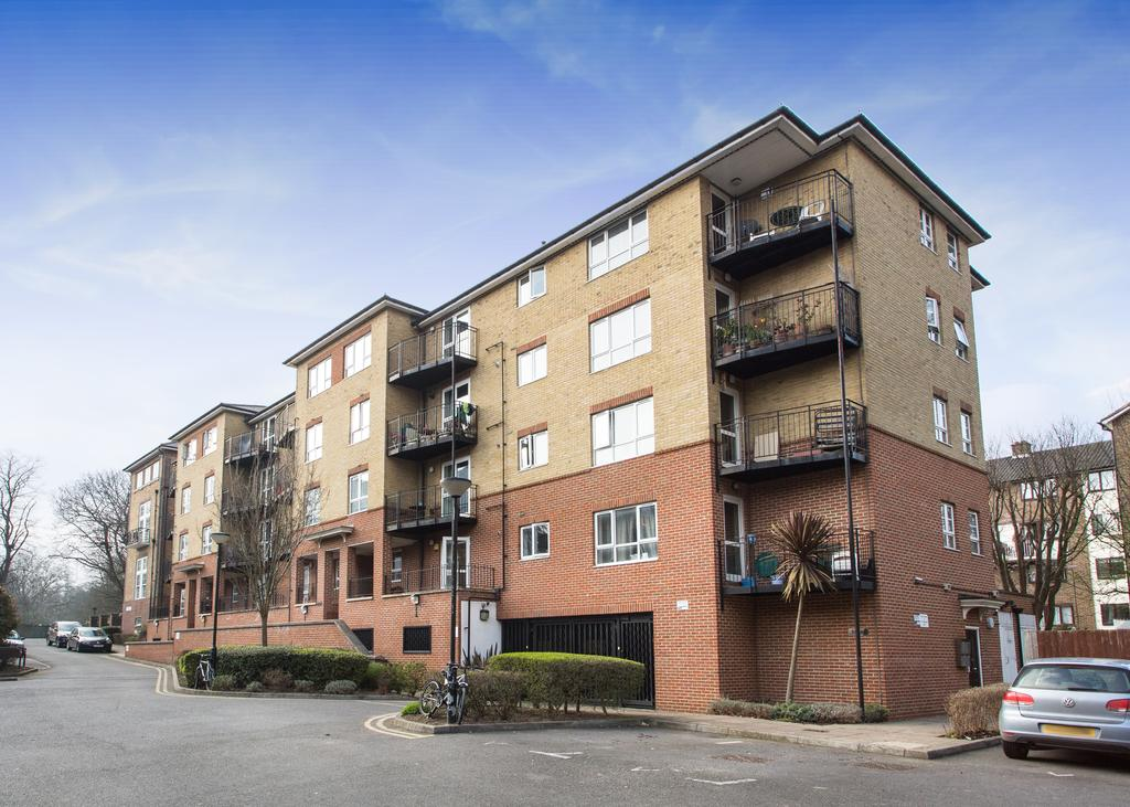 3 Bedrooms Flat for sale in Greenview Close, Acton