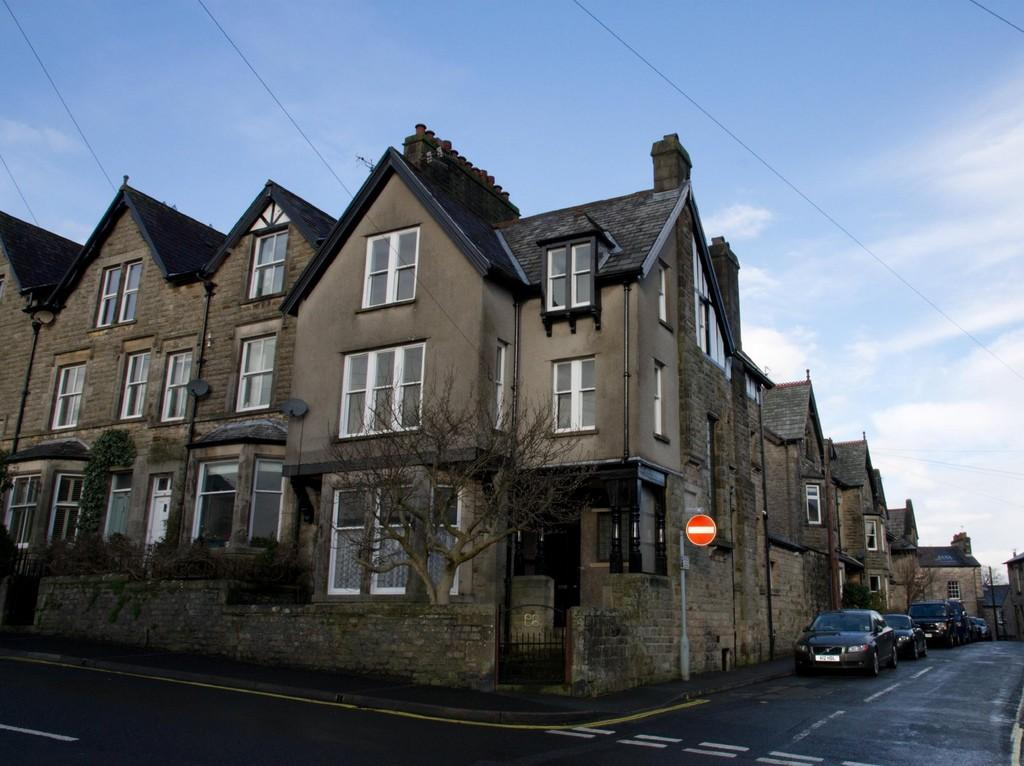 7 Bedrooms End Of Terrace House