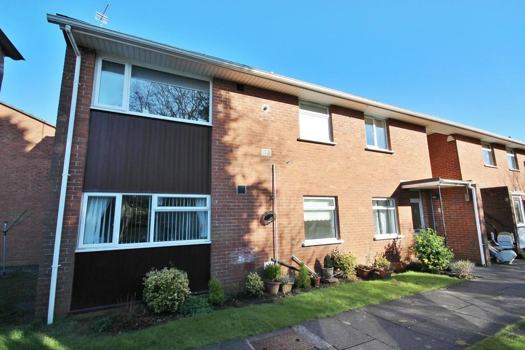 2 Bedrooms Flat for sale in Amroth House, Bishop's Close