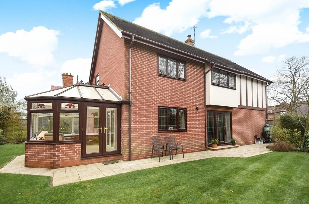 4 Bedrooms Detached House for sale in Banbury Road, Stratford
