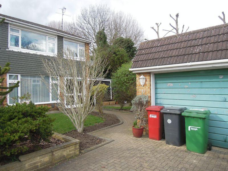 3 Bedrooms Semi Detached House for sale in Raymond Close, Colnbrook