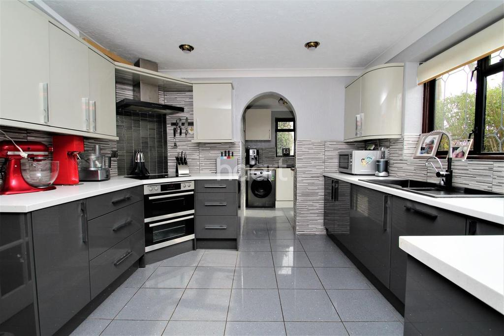4 Bedrooms Detached House for sale in Hawkwell Road, Hockley