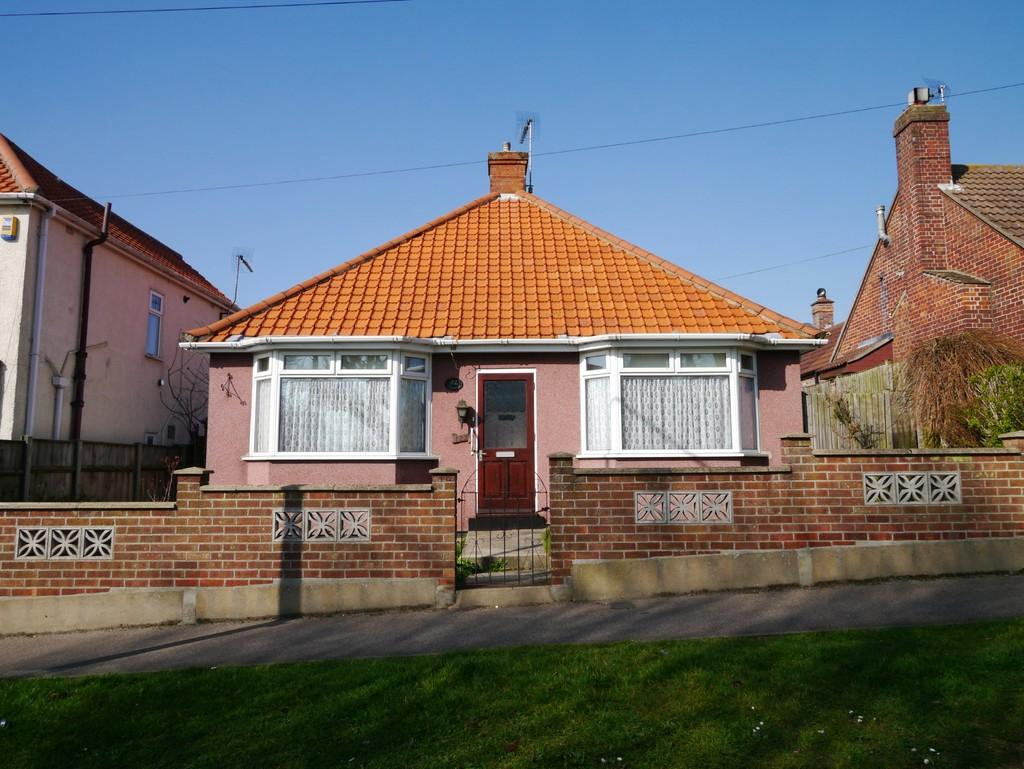 2 Bedrooms Detached Bungalow for sale in Hollingsworth Road, North Lowestoft