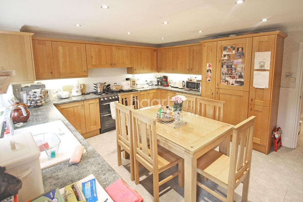 3 Bedrooms Terraced House for sale in The Seymours, Loughton, IG10