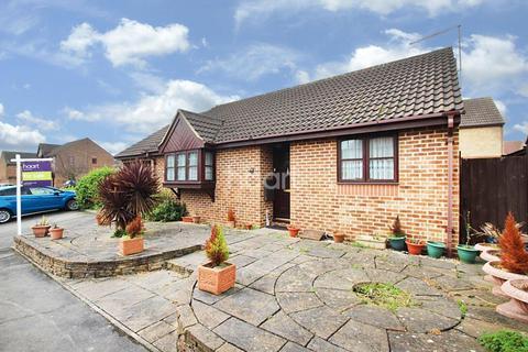 2 bedroom bungalow for sale - Cumberland Close, Barkingside