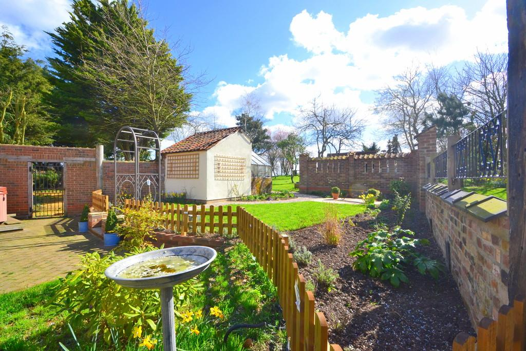 5 Bedrooms Cottage House for sale in Main Road, Boreham
