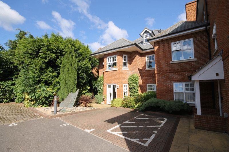 2 Bedrooms Flat for sale in LEATHERHEAD
