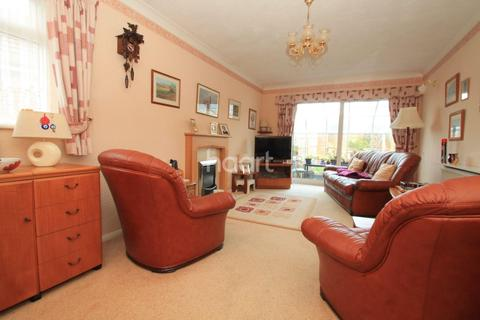 2 bedroom bungalow for sale - The Broadway, Minster on Sea