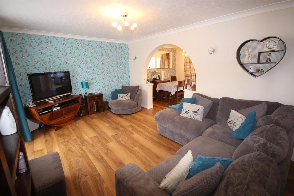 3 Bedrooms Semi Detached House for sale in 7 Oakdale Walk, Woodley, Reading