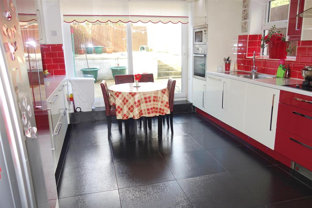5 Bedrooms Terraced House for sale in Churchill Terrace, Barry