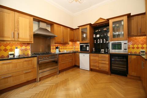 4 bedroom flat to rent - Ramsay Garden, Old Town, EH1