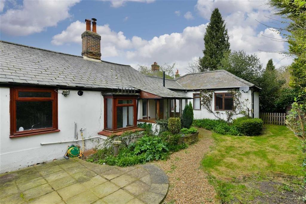 2 Bedrooms Semi Detached Bungalow for sale in Bracken Path, Epsom, Surrey