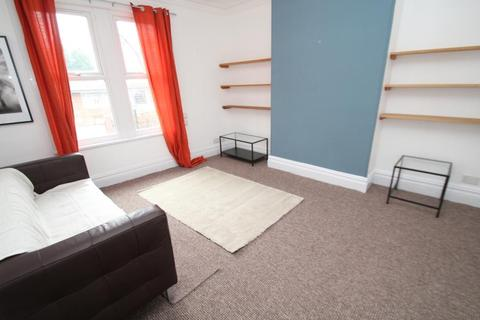 3 bedroom flat to rent - FLAT AT HAREHILLS AVENUE, LEEDS, LS8 4ET