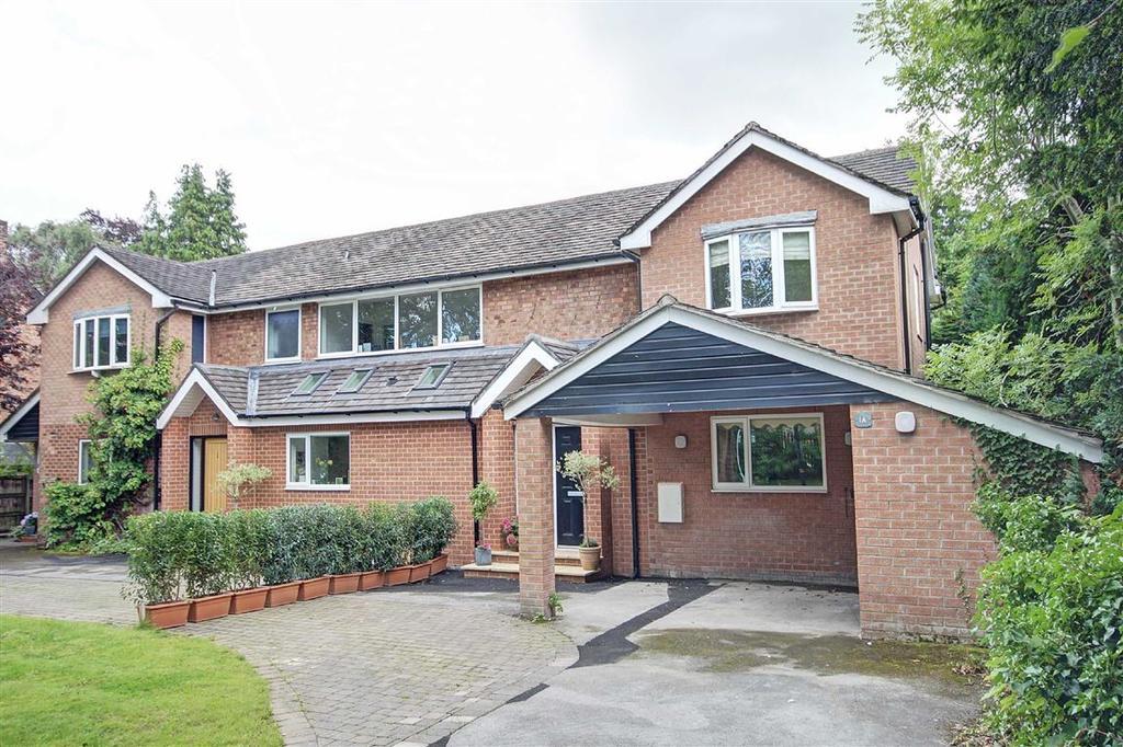 3 Bedrooms Semi Detached House for sale in Blenheim Close, Hale, Altrincham