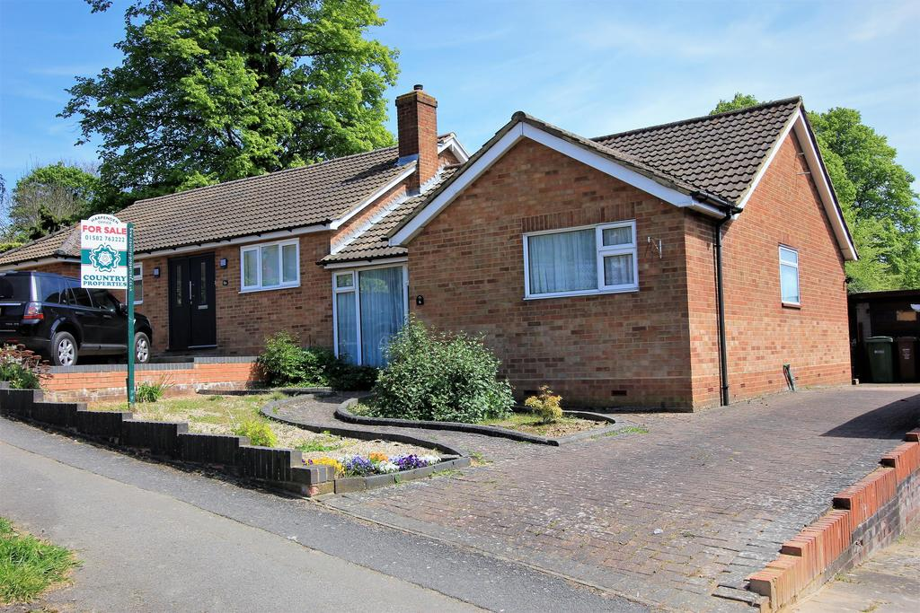 2 Bedrooms Semi Detached Bungalow for sale in Porters Hill, Harpenden , Hertfordshire, AL5 5JD