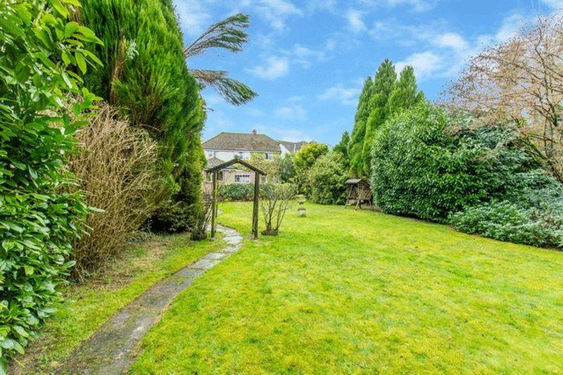 4 Bedrooms Detached House for sale in Willow Way, Godstone
