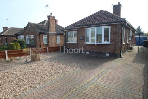 2 bedroom bungalow for sale - Bradbourne Avenue, Wilford, Nottinghamshire