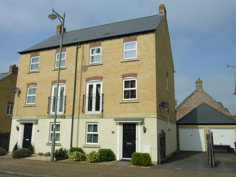 4 Bedrooms Semi Detached House for sale in Elmhurst Way, Carterton, Oxon