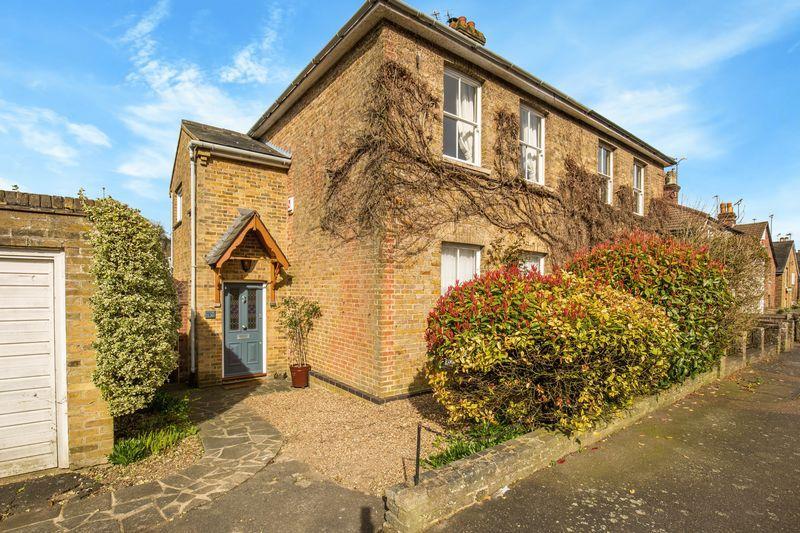 3 Bedrooms Semi Detached House for sale in Beechwood Road, Caterham