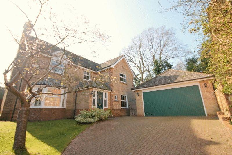 4 Bedrooms Detached House for sale in The Grove, Haywards Heath, West Sussex.