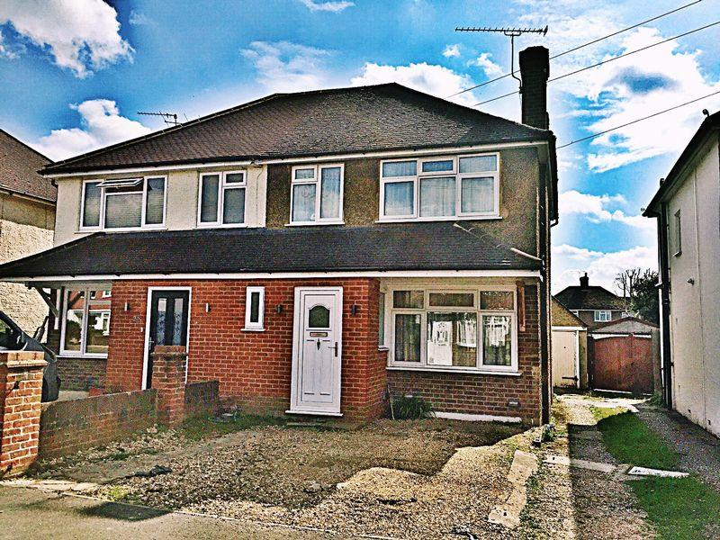 3 Bedrooms Semi Detached House for sale in Old Woking