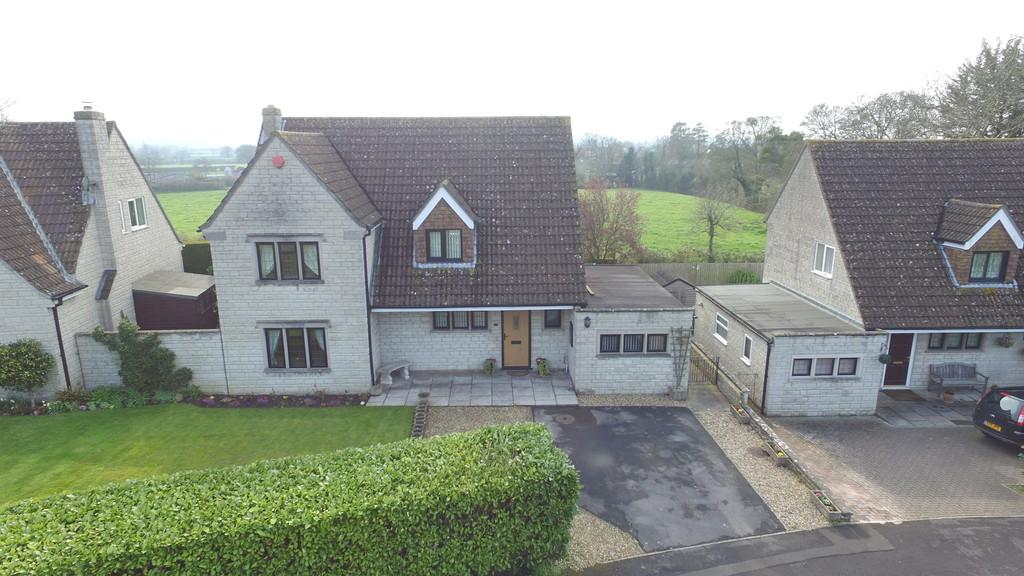 4 Bedrooms Detached House for sale in Chestnut Close
