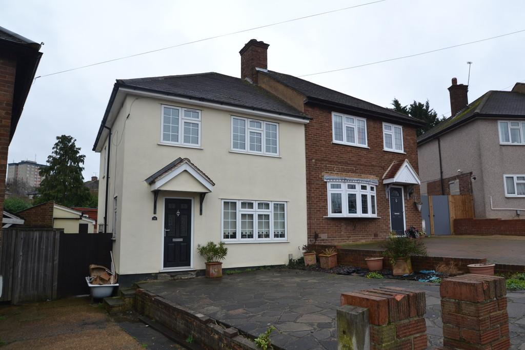 3 Bedrooms Semi Detached House for sale in Prestwood Drive, Romford