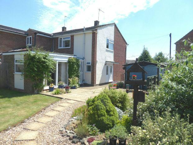 3 Bedrooms Semi Detached House for sale in Newcombe Close, Milcombe