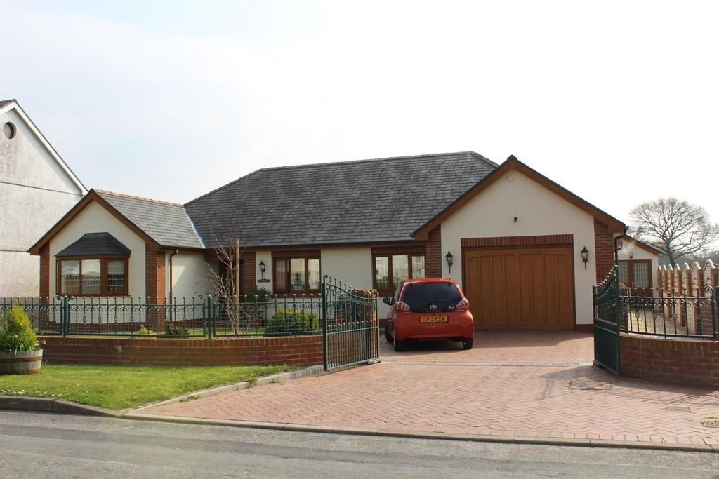 3 Bedrooms Detached Bungalow for sale in Gelly Road, Llandybie, Ammanford