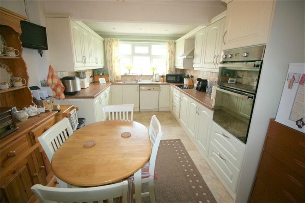 2 Bedrooms Detached Bungalow for sale in Temple Close, FRINTON-ON-SEA, Essex