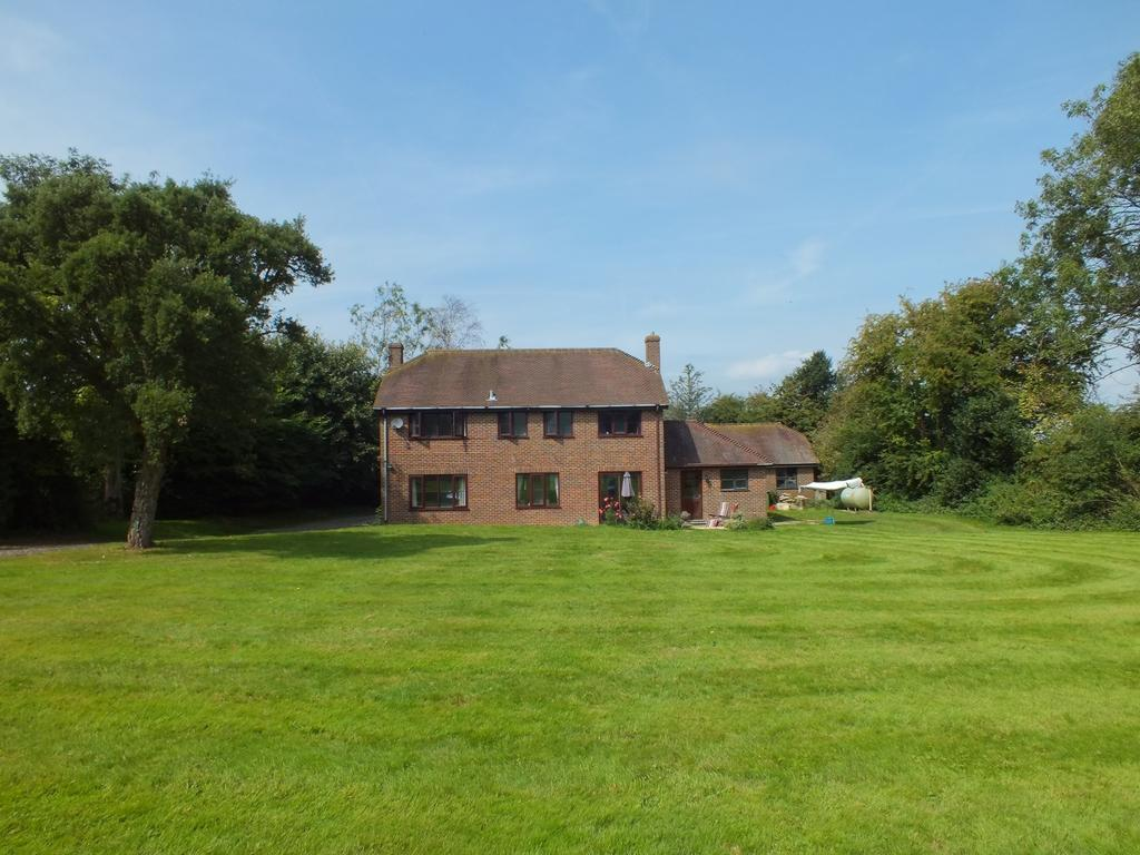 4 Bedrooms Detached House for sale in Lymbridge Green, Stowting, TN25