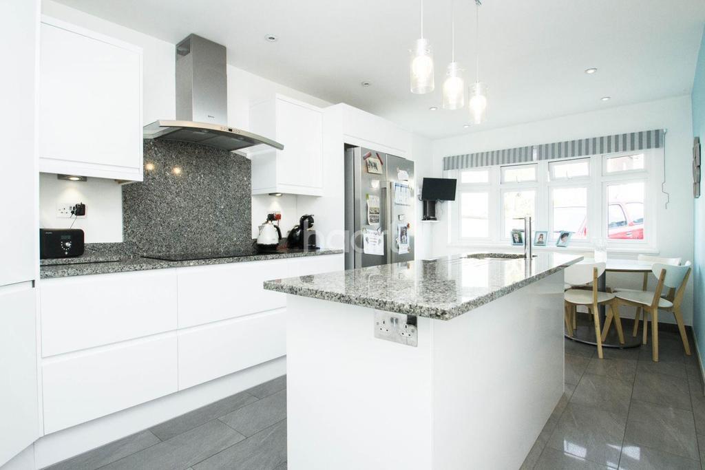 4 Bedrooms Detached House for sale in Underhill Road, Benfleet