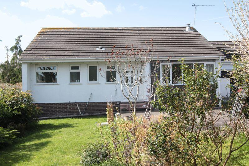 3 Bedrooms Detached Bungalow for sale in Ffordd Meirod, Henllan