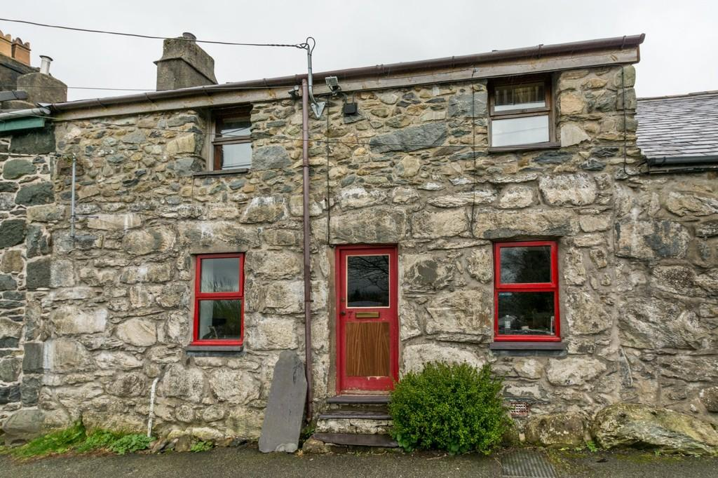 3 Bedrooms Terraced House for sale in Mountain Road, Llanllechid, North Wales