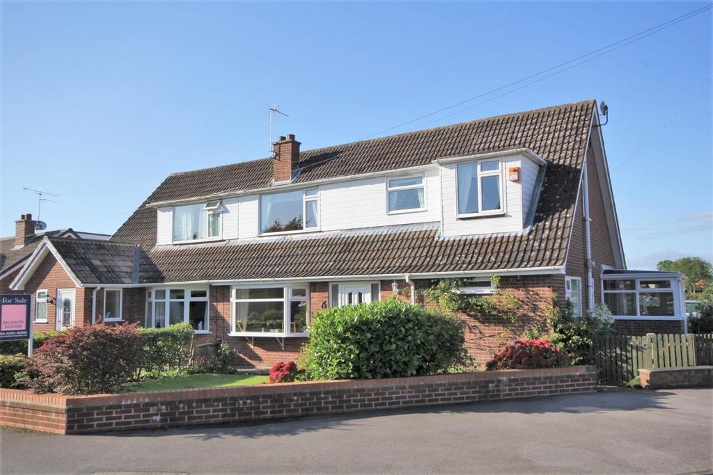 5 Bedrooms Semi Detached Bungalow for sale in Hunters Close, Dunnington, York, YO19 5QH