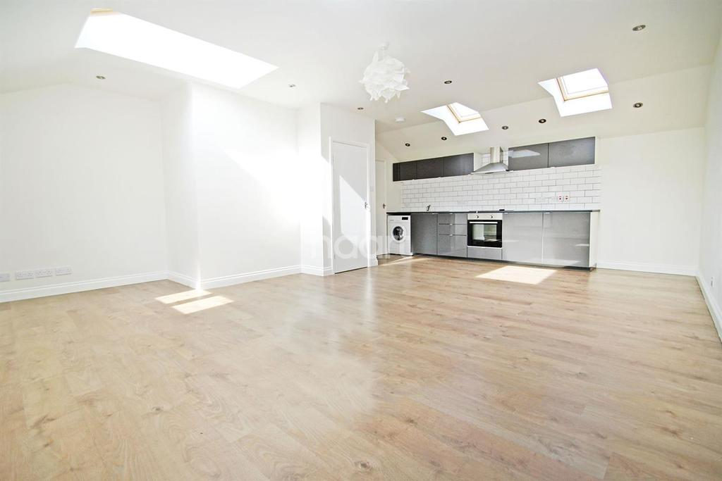2 Bedrooms Semi Detached House for sale in South Woodford , E18