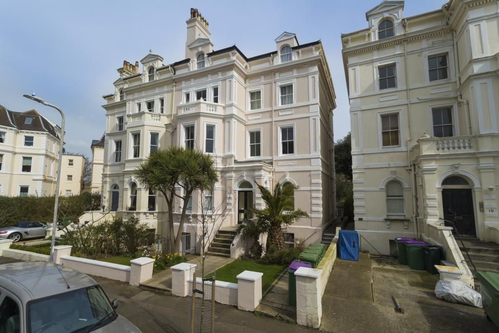 2 Bedrooms Flat for sale in Augusta Gardens, Folkestone, CT20
