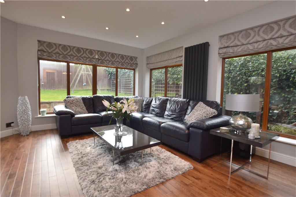 4 Bedrooms Detached House for sale in Howcroft Gardens, Wakefield, West Yorkshire