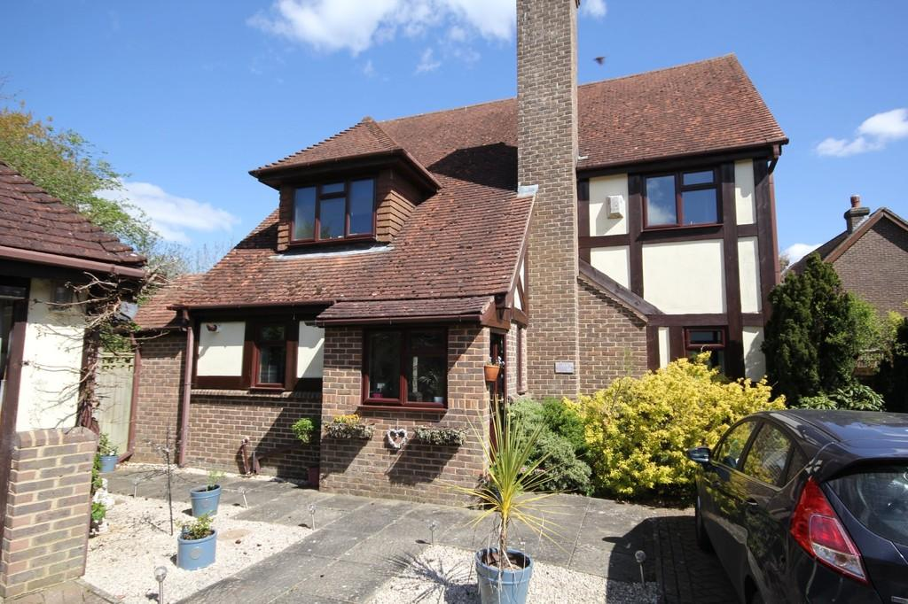 4 Bedrooms Detached House for sale in Court Meadow Close, Crowborough
