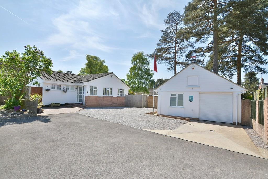 3 Bedrooms Detached Bungalow for sale in Pineholt Close, St Ives, RINGWOOD