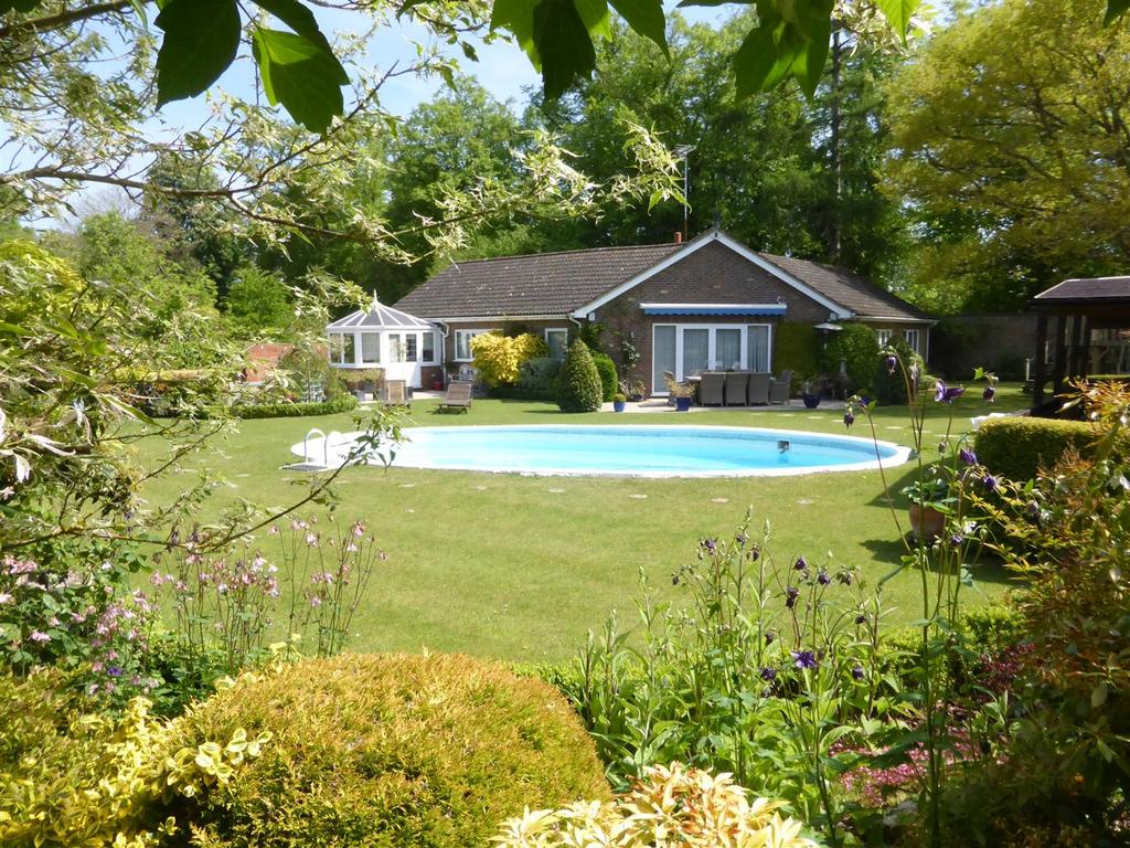 4 Bedrooms Detached Bungalow for sale in Bere Court, Pangbourne, Reading