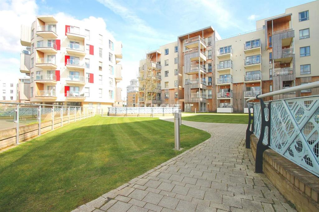2 Bedrooms Flat for sale in Glenalmond Avenue, Cambridge