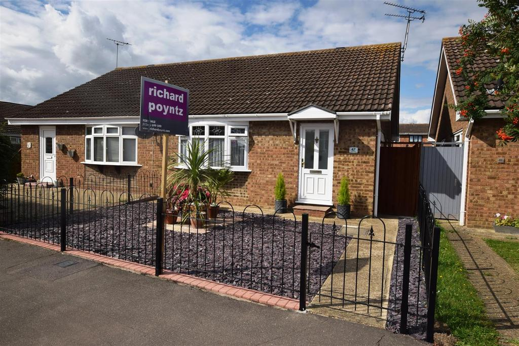 2 Bedrooms Semi Detached Bungalow for sale in Hilton Road., Canvey Island