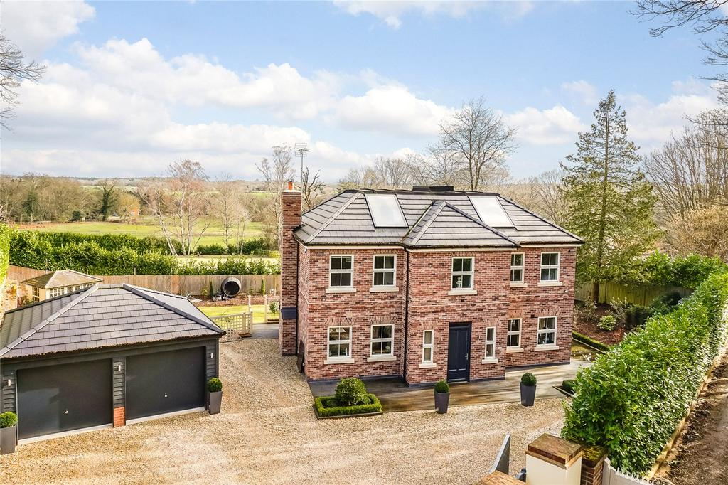 4 Bedrooms Detached House for sale in Reading Road, Heckfield, Hook, Hampshire