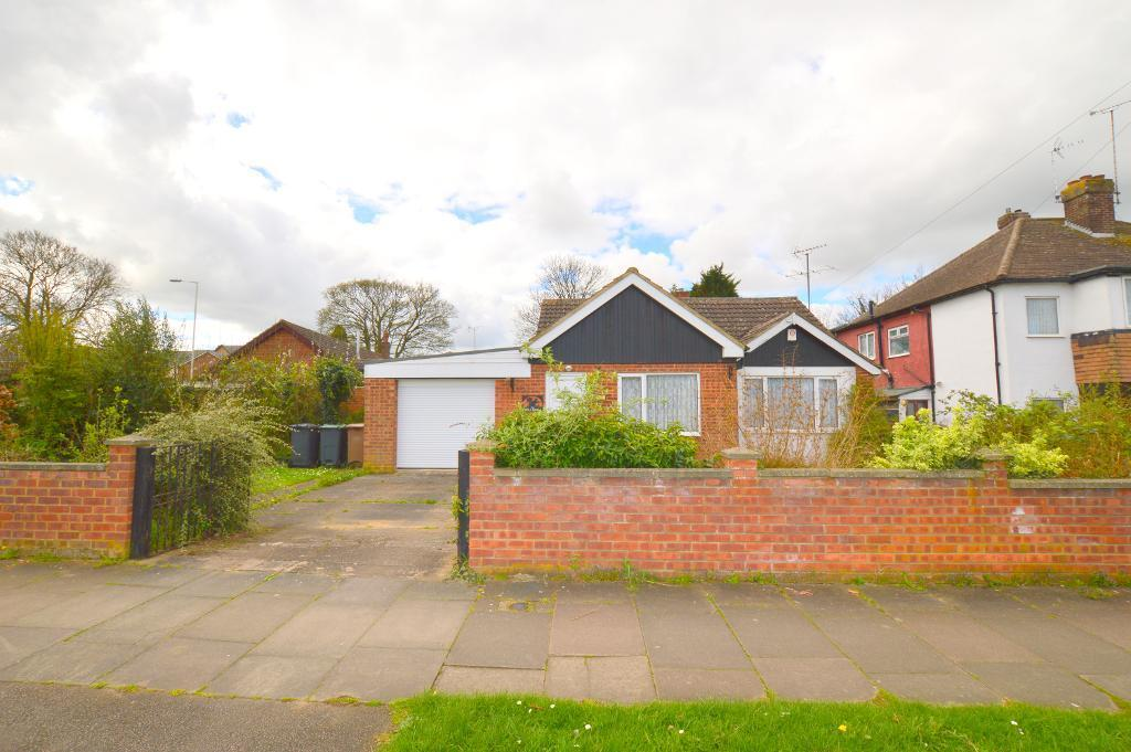 3 Bedrooms Detached Bungalow for sale in Mayne Avenue, Luton, LU4 9LP