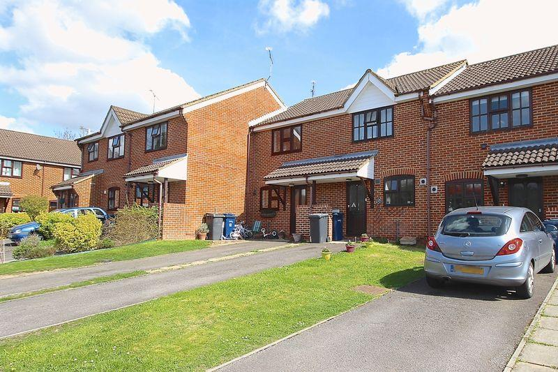 2 Bedrooms Terraced House for sale in Hurlands Close, Farnham