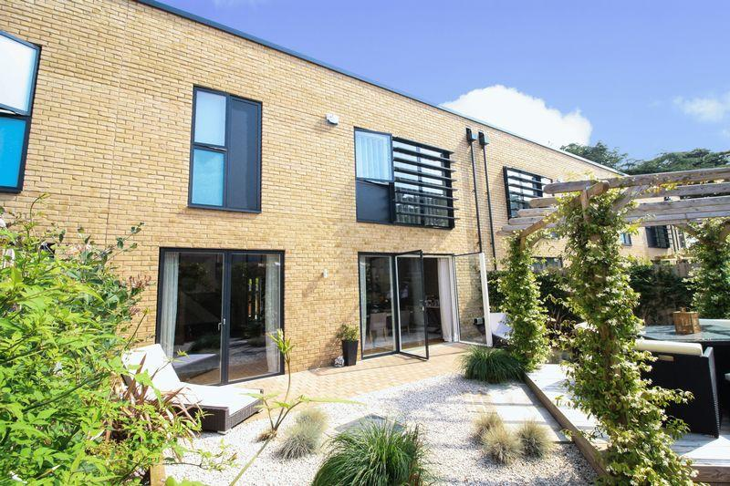 3 Bedrooms Terraced House for sale in Exclusive Cliveden Gages, Taplow